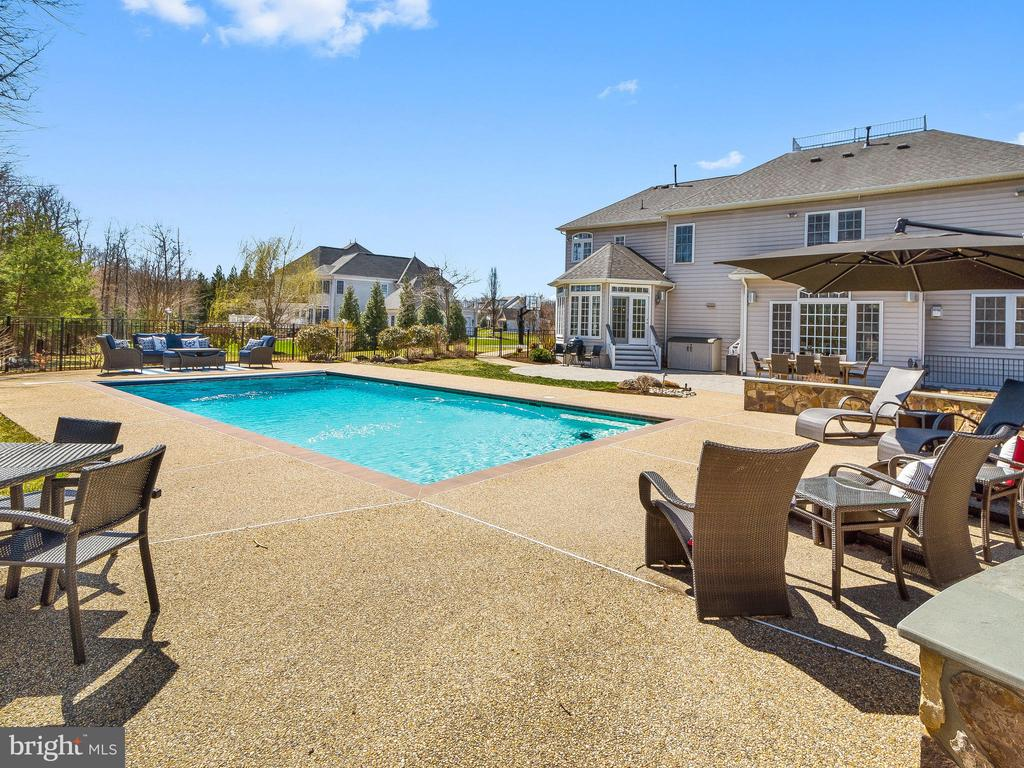 Pool with plenty of leisure space - 5203 ROSALIE RIDGE DR, CENTREVILLE
