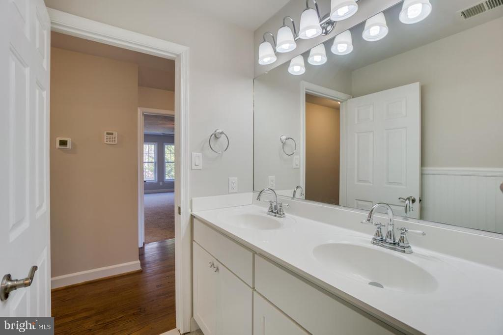 Full Bathroom 2 on Main Level - 336 WINDERMERE DR, STAFFORD