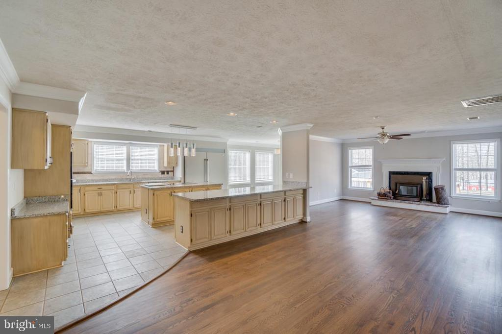 Bar Seating combines the Family Room and Kitchen - 336 WINDERMERE DR, STAFFORD