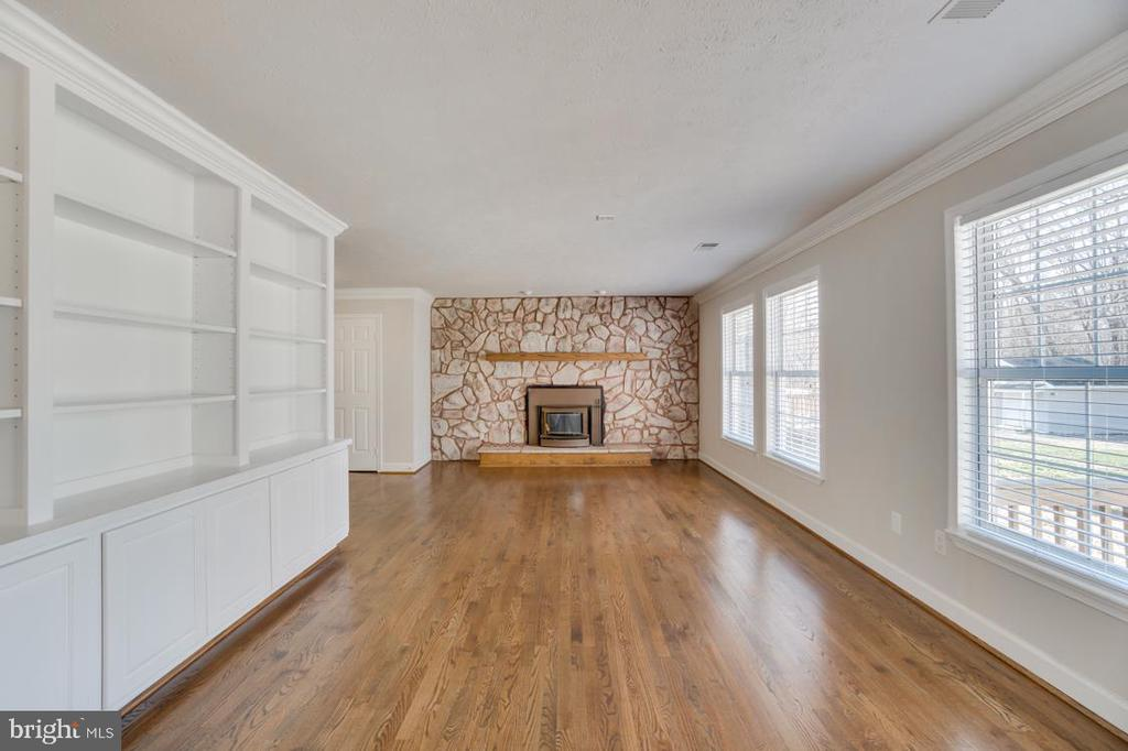 Built in Shelving in Private Office/Study Area - 336 WINDERMERE DR, STAFFORD