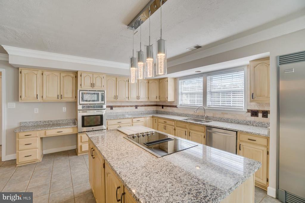 Island with Cook top - 336 WINDERMERE DR, STAFFORD