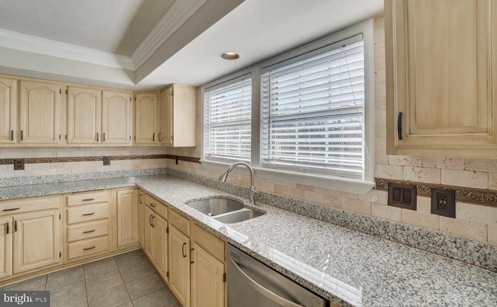 Upgraded Countertops and Backsplash - 336 WINDERMERE DR, STAFFORD