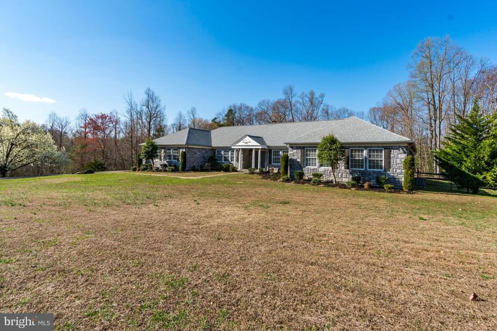 Large Stately Front Yard - 336 WINDERMERE DR, STAFFORD