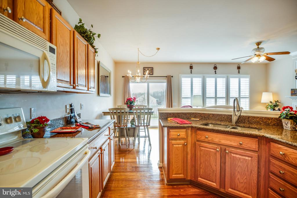 Charming kitchen:  Granite Counter & Breakfast Bar - 25 BUCHANAN CT, FREDERICKSBURG