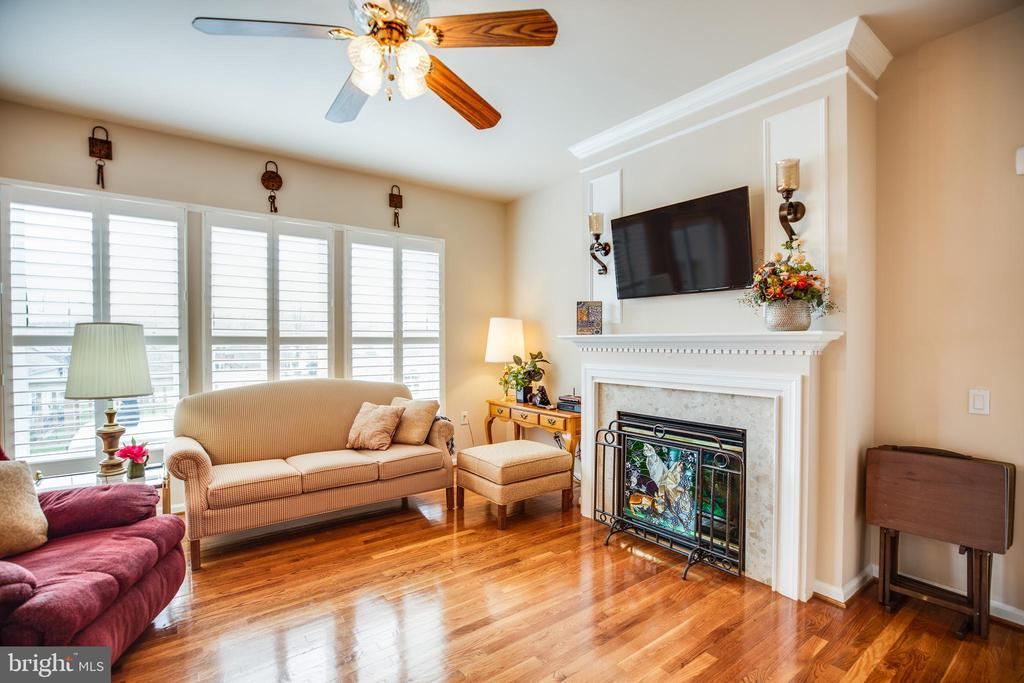 Living area in Great Room w/natural gas Fireplace. - 25 BUCHANAN CT, FREDERICKSBURG