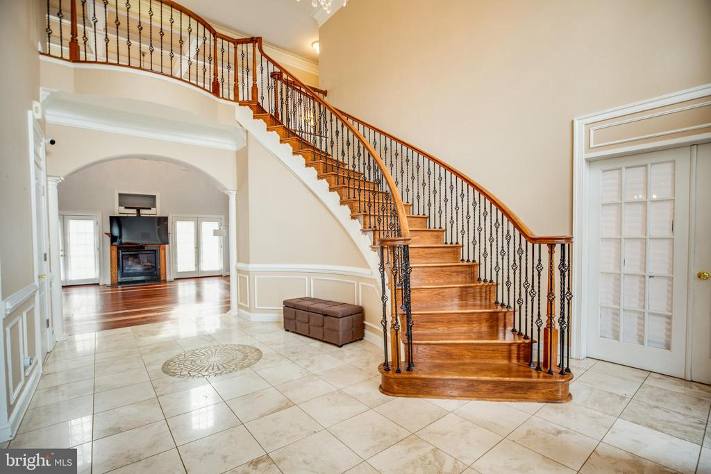 Dramatic open foyer - 13610 KALMBACKS MILL DR, FREDERICKSBURG