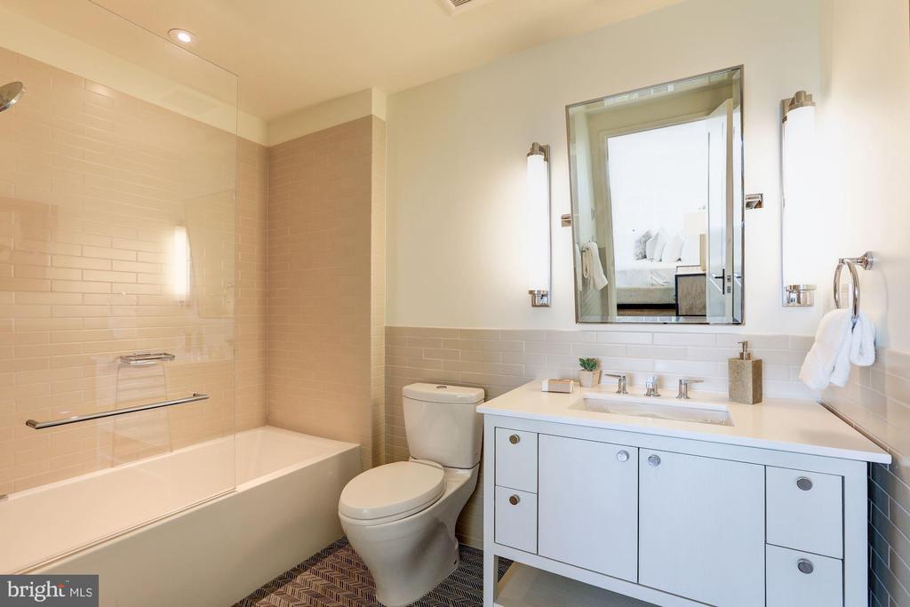 Second Bedroom En Suite Bathroom - 2660 CONNECTICUT AVE NW #4C, WASHINGTON