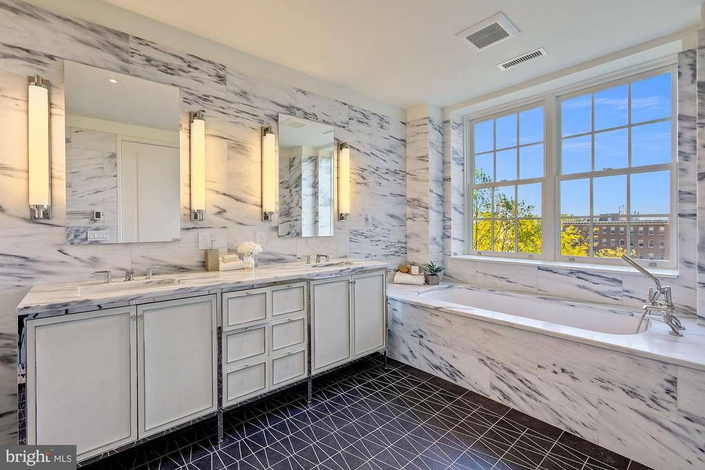 Master Bathroom with Soaking Tub - 2660 CONNECTICUT AVE NW #4C, WASHINGTON