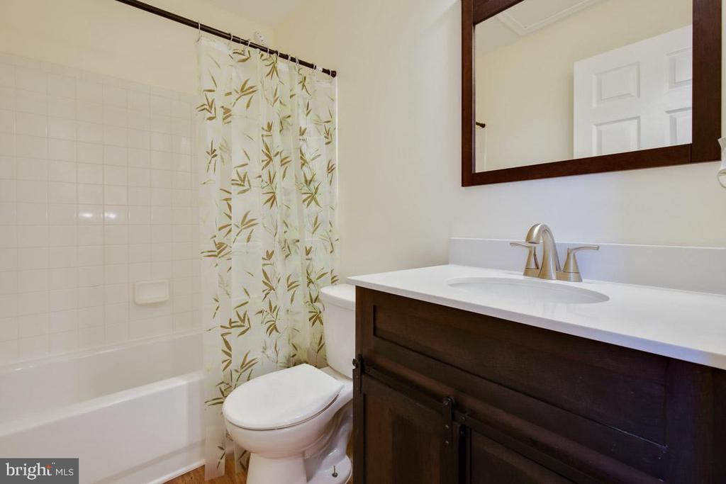 Full bath in upstairs hallway - 11058 DOUBLEDAY LN, MANASSAS