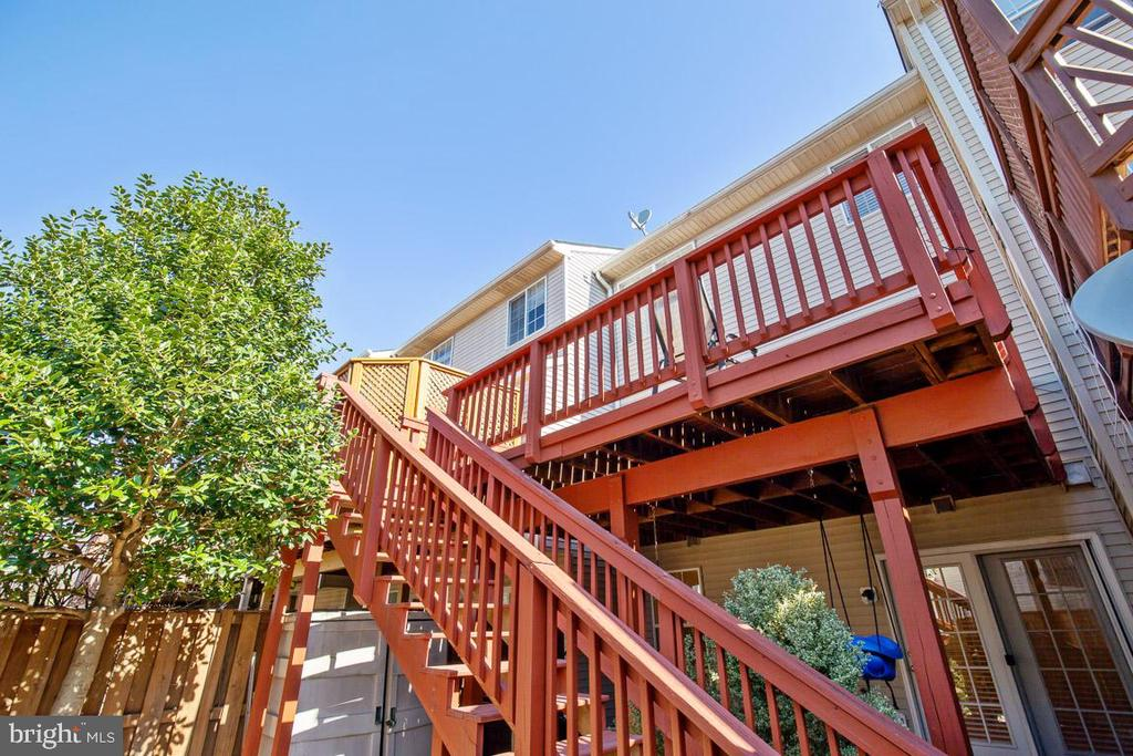 Large deck off kitchen w/stairs to backyard - 11058 DOUBLEDAY LN, MANASSAS