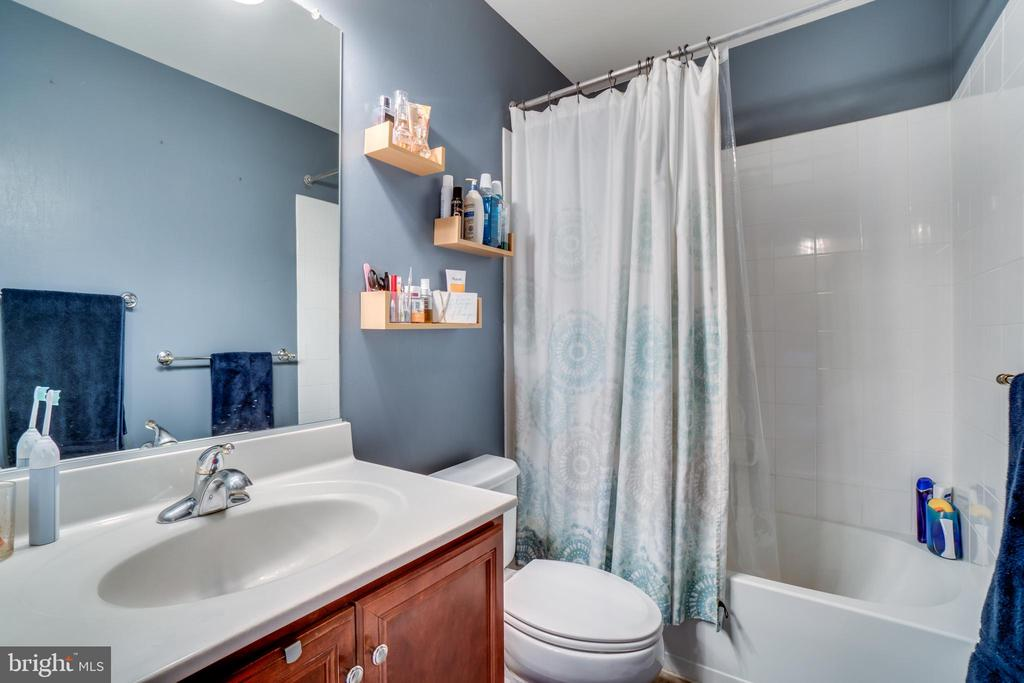 Full Bathroom/Upper 1 - 42766 LONGWORTH TER, CHANTILLY