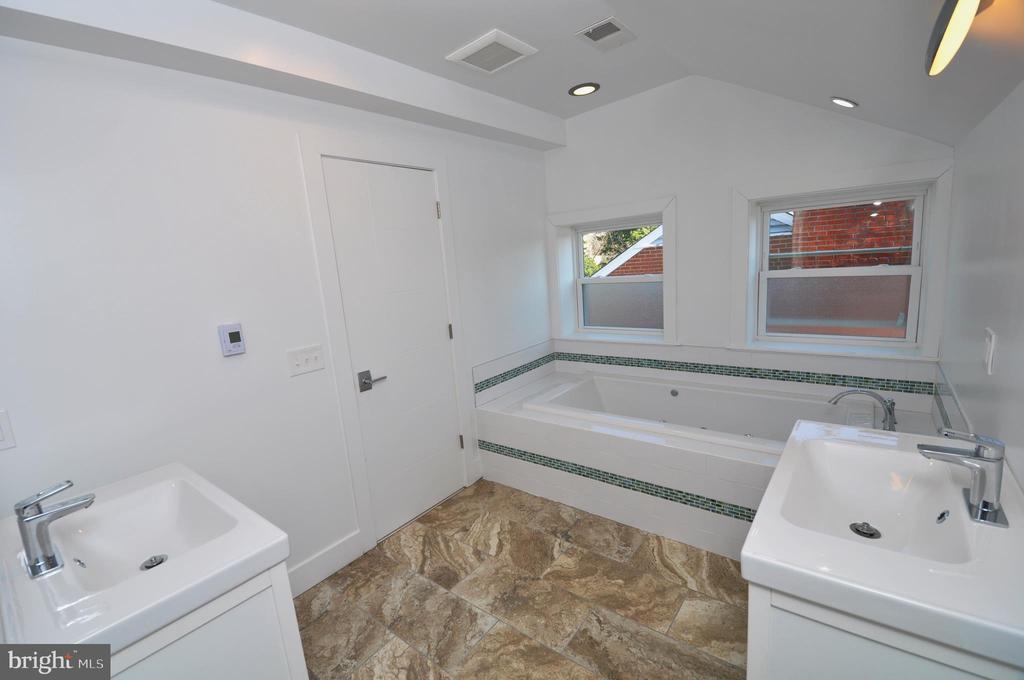 Master Bath - 2023 SPRUCE DR NW, WASHINGTON