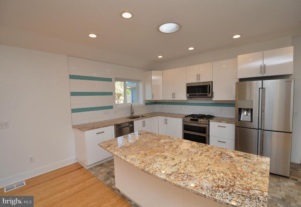 Kitchen - 2023 SPRUCE DR NW, WASHINGTON