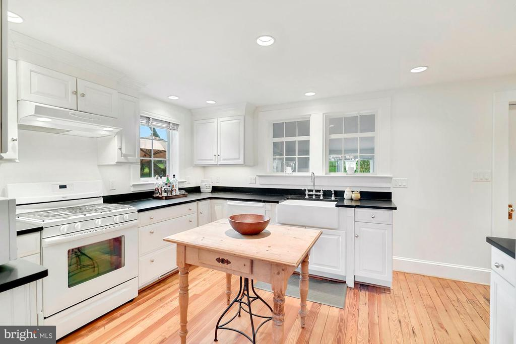 Renovated kitchen with honed granite - 35422 PAXSON RD, ROUND HILL