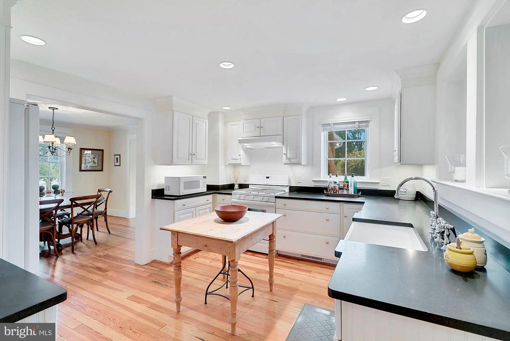 Kitchen open to dining room - 35422 PAXSON RD, ROUND HILL