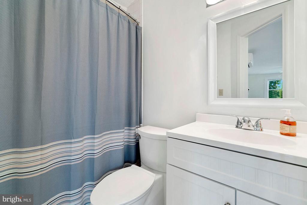 Efficiency bathroom - 35422 PAXSON RD, ROUND HILL