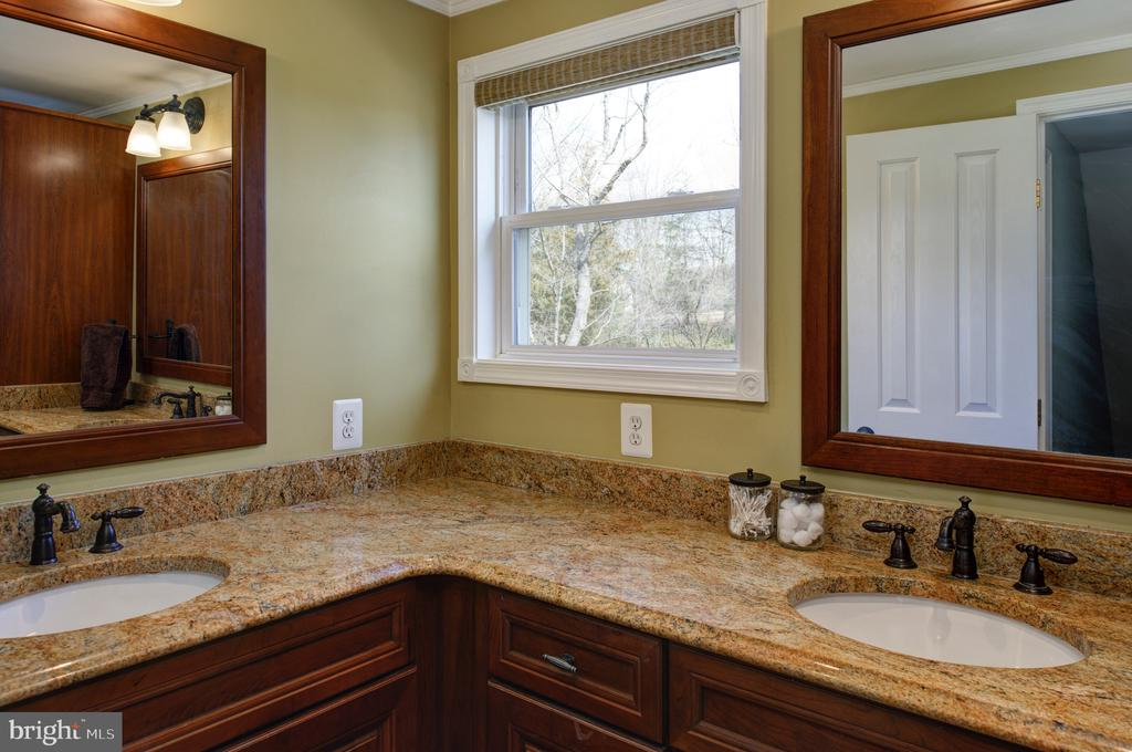 Hall bath with double sinks - 4651 STRATHBLANE PL, ALEXANDRIA