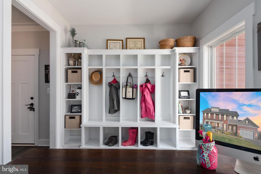 Built-in organizer. - 79 INDIAN POINT RD, STAFFORD