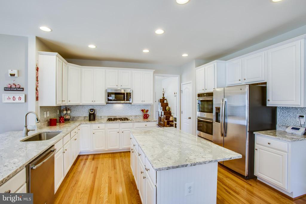 Gourmet kitchen with quartz countertops - 512 RICHARDS FERRY RD, FREDERICKSBURG