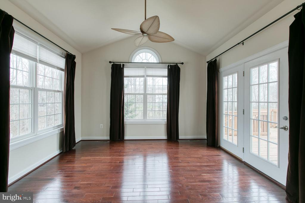 Spacious sun room off kitchen w/vaulted ceiling - 6 NOAHS CT, STAFFORD