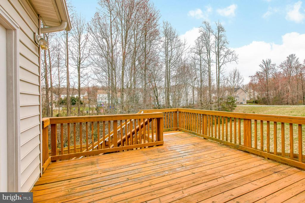 Spacious back deck - 6 NOAHS CT, STAFFORD