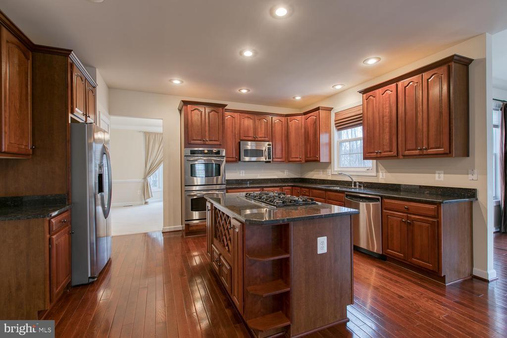 Kitchen has stainless steel appliances - 6 NOAHS CT, STAFFORD