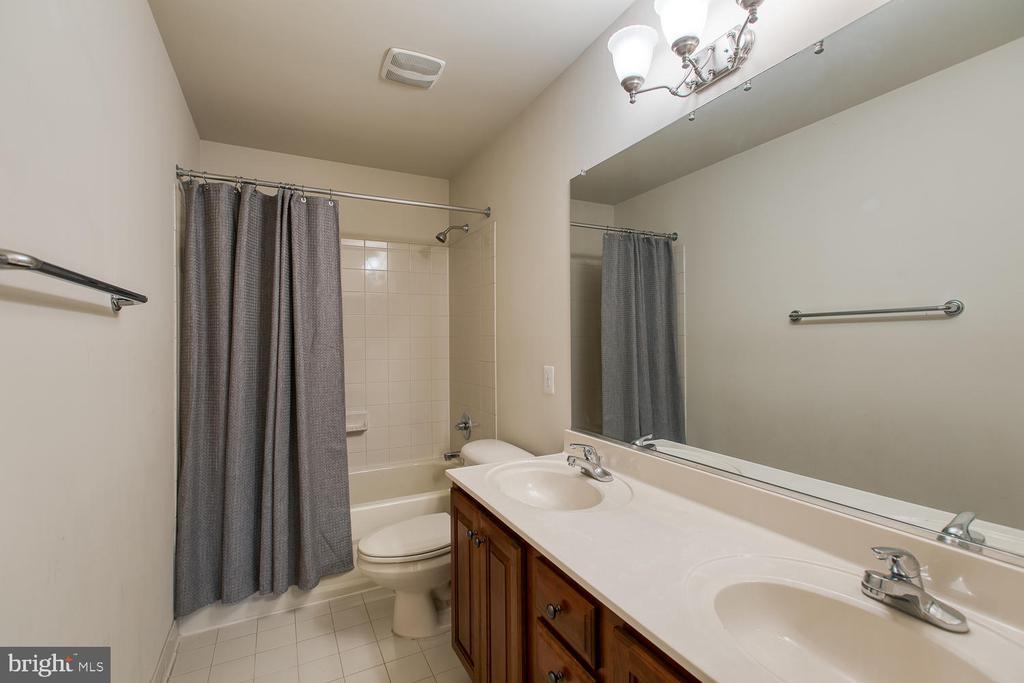 Upstairs hall bath w/double vanity - 6 NOAHS CT, STAFFORD