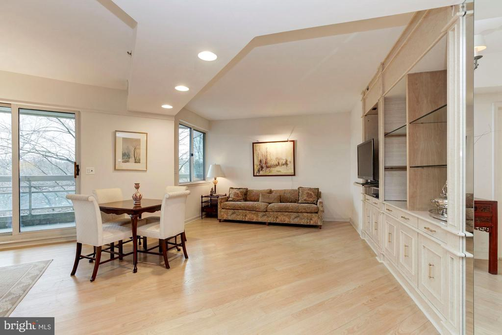 Den - 5600 WISCONSIN AVE #1-507, CHEVY CHASE