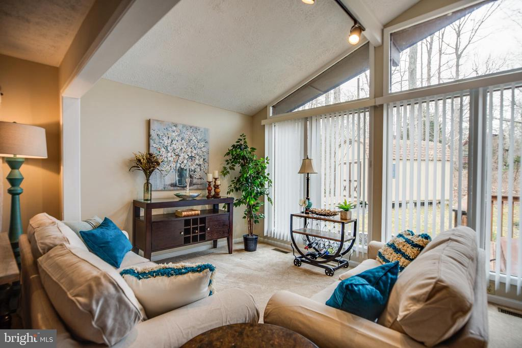 Cathedral ceiling with floor to ceiling windows - 3704 LAKEVIEW PKWY, LOCUST GROVE