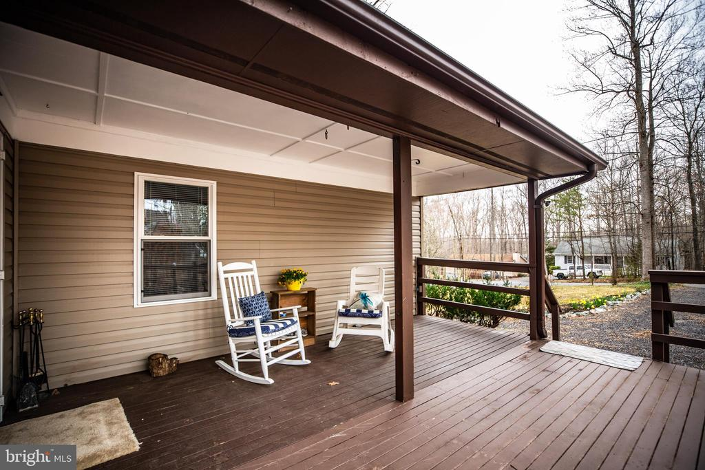 Large welcoming front deck. New roof Dec 2018! - 3704 LAKEVIEW PKWY, LOCUST GROVE