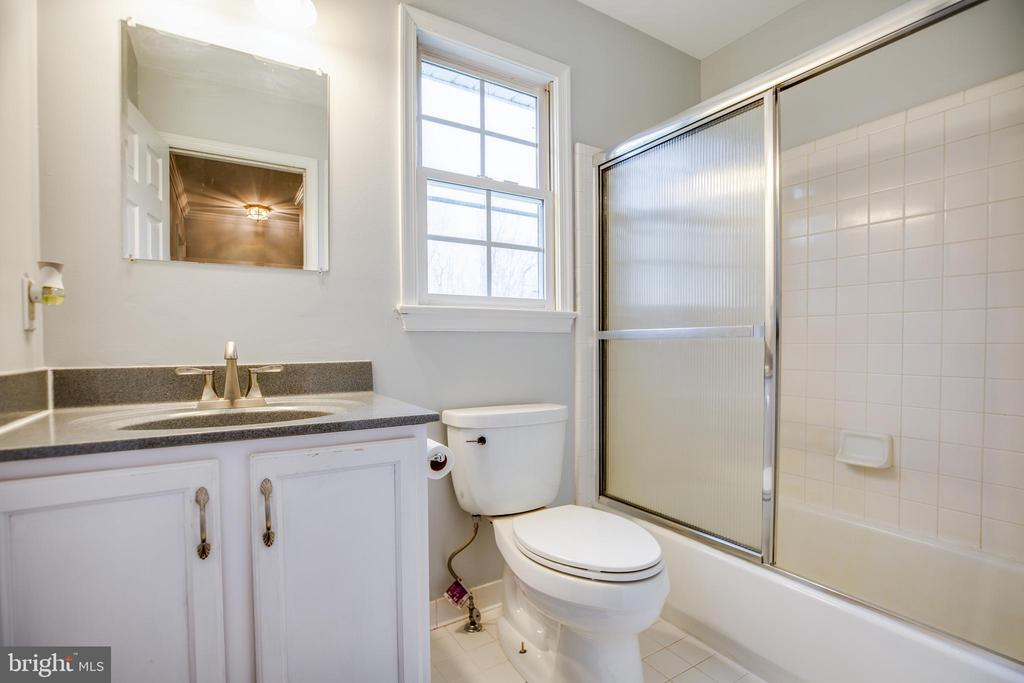 Main Level Full Bathroom - 13412 FOX CHASE LN, SPOTSYLVANIA