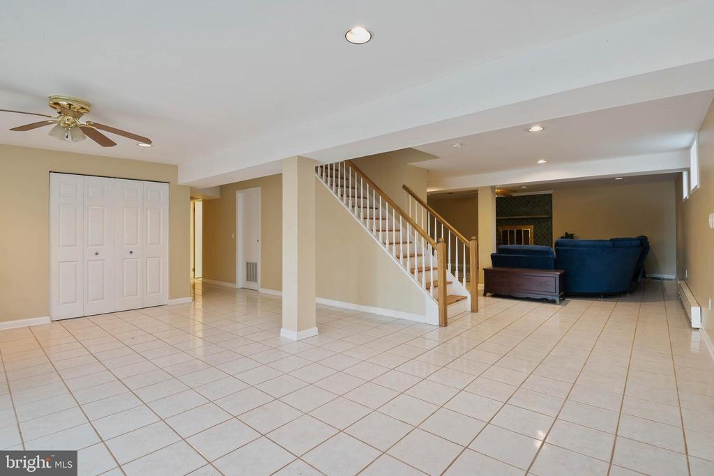 Lower Level has a slider to the back yard - 15520 JONES LN, GAITHERSBURG