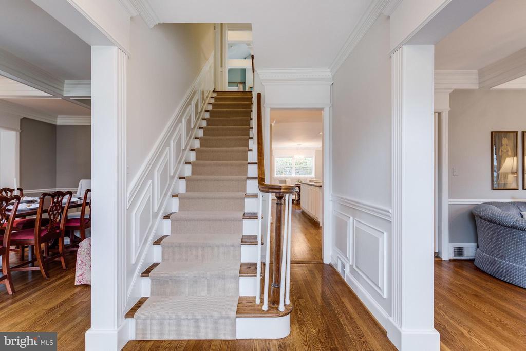Grand Staircase  & Beautifully Refinished Hardwood - 3216 N ABINGDON ST, ARLINGTON