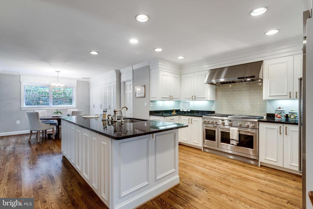 Granite, Stainless and Plenty of Storage Cabinetry - 3216 N ABINGDON ST, ARLINGTON