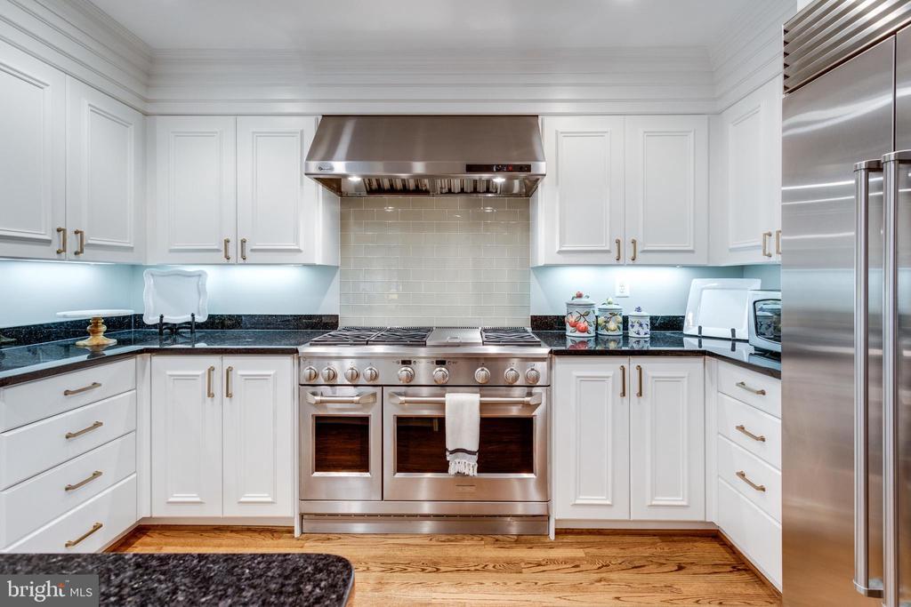 Expanded Gourmet Kitchen w Stainless Range - 3216 N ABINGDON ST, ARLINGTON