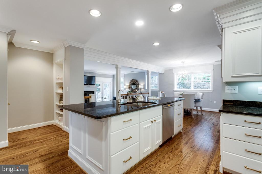 Kitchen Opens to Step Down Family Room - 3216 N ABINGDON ST, ARLINGTON