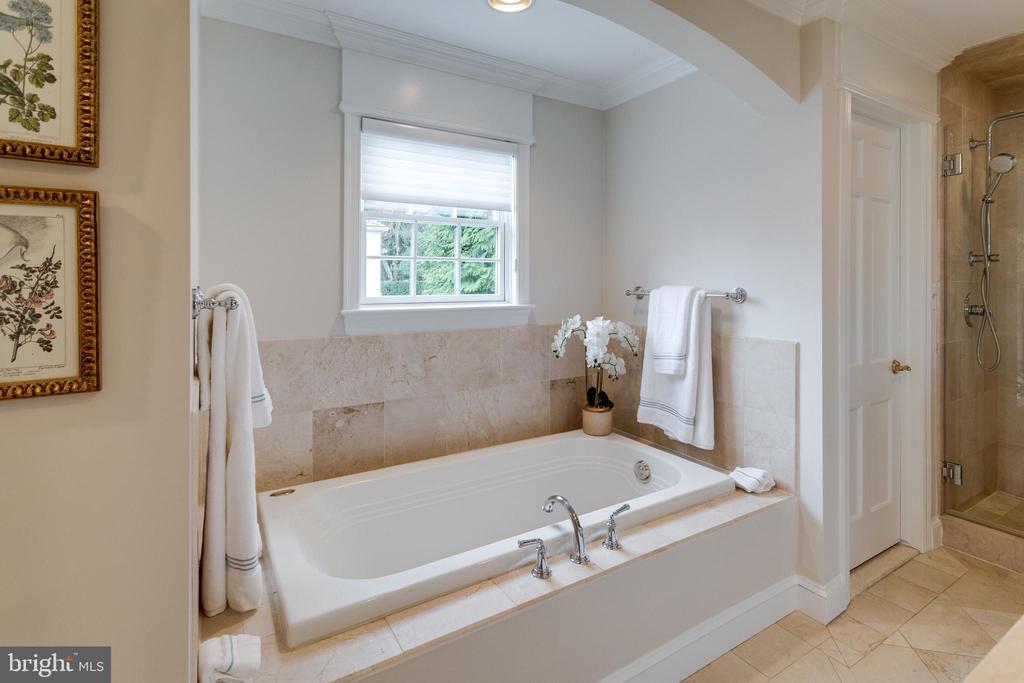 En-suite Bath with Marble Floors and Tile - 3216 N ABINGDON ST, ARLINGTON