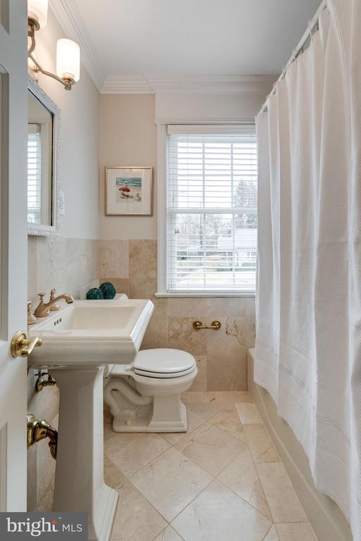 Shared Hall Bath with Tub Shower - 3216 N ABINGDON ST, ARLINGTON