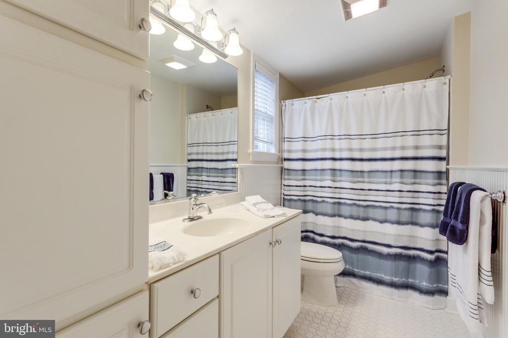 Shared Bath on 4th Floor with Tub Shower - 3216 N ABINGDON ST, ARLINGTON