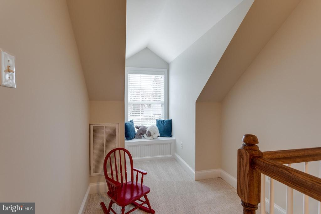 Play Area with Window Seat in Dormer - 3216 N ABINGDON ST, ARLINGTON