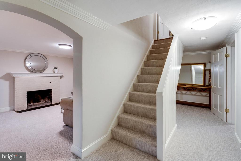 First level with Multiple Rooms, Plenty of Storage - 3216 N ABINGDON ST, ARLINGTON