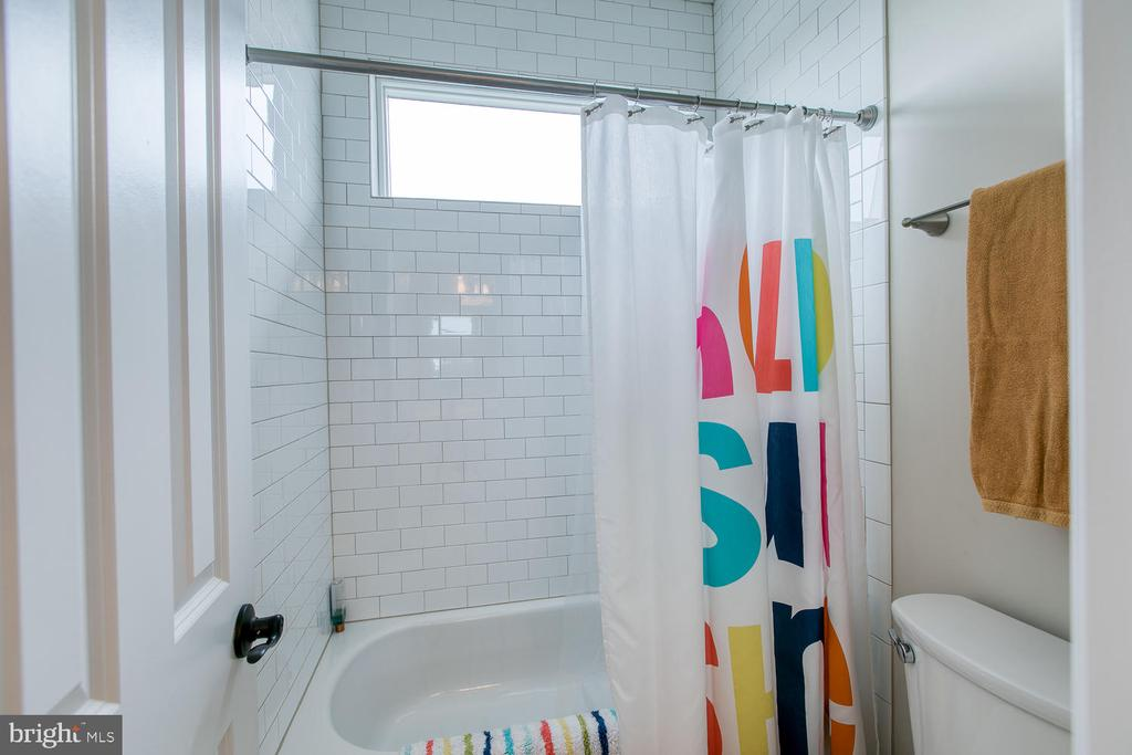 Attached shower and toilet in jack & jill bathroom - 225 CHARLES ST, FREDERICKSBURG