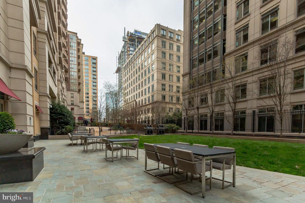 courtyard with BBQ Grills - 888 N QUINCY ST #610, ARLINGTON