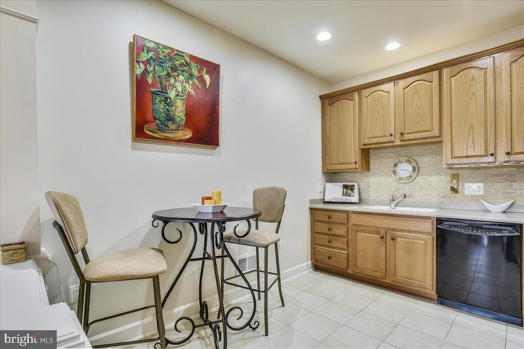Kitchen with recessed lighting - 44482 MALTESE FALCON SQ, ASHBURN