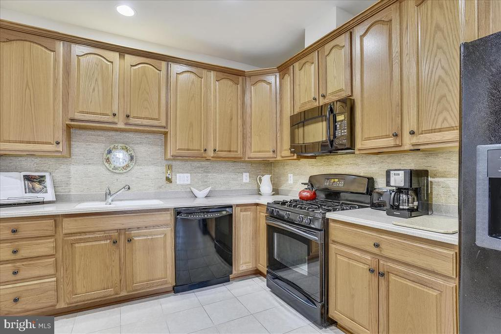 42 inch cabinets, gas cooking, corian counters. - 44482 MALTESE FALCON SQ, ASHBURN