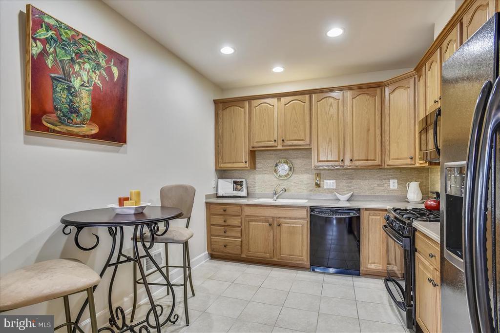 Spacious kitchen with tile floors. - 44482 MALTESE FALCON SQ, ASHBURN