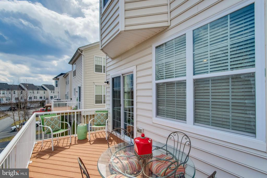 Balcony overlooking trees - 23098 SUNBURY ST, ASHBURN