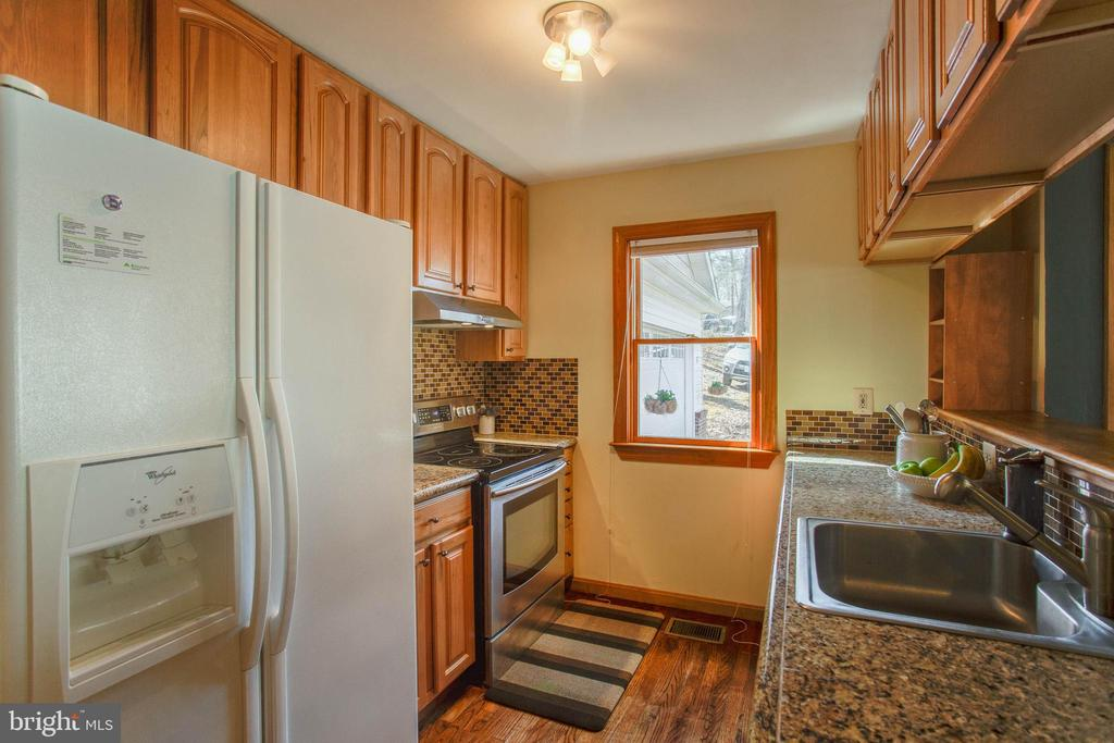 Updated backsplash and granite countertops - 5755 PILGRIMS REST RD, BROAD RUN