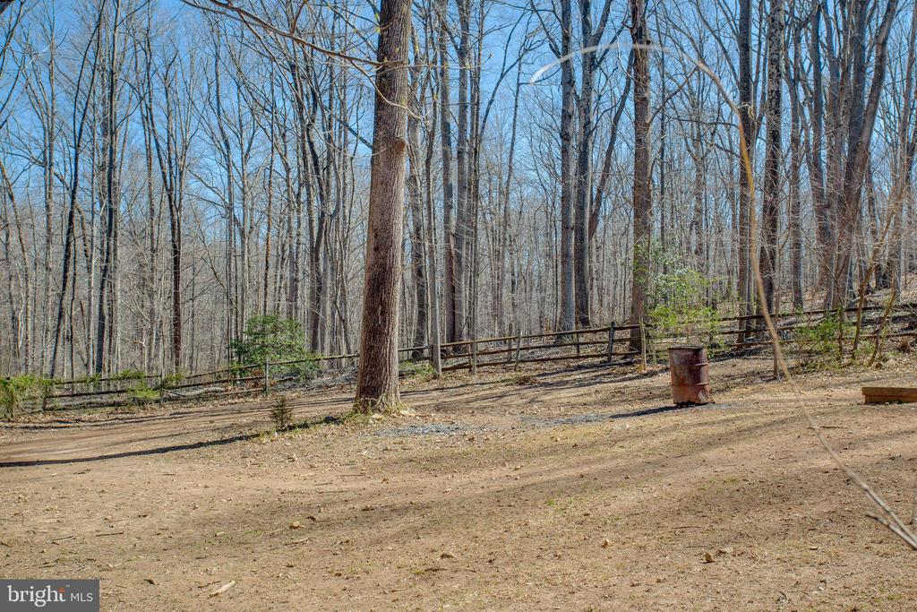Expansive, fully fenced-in side yard - 5755 PILGRIMS REST RD, BROAD RUN