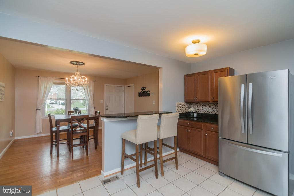 Breakfast bar! Open to the dining room! - 180 S HUGHES ST, HAMILTON